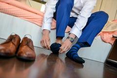 Man som satte hans sockor med skor Arkivbilder