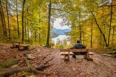 Man som ser Autumn Lake Arkivbilder