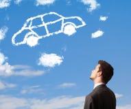 man som ser bilmolnet på en blå himmel Arkivbilder
