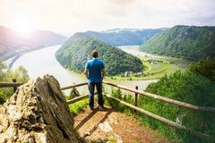 Man som ser Danube River Royaltyfri Bild