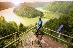 Man som ser Danube River Royaltyfria Foton