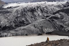 Man som ser en glaciär i Island royaltyfria bilder