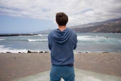 Man som ser havet Arkivfoto