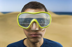 Man som ser havet Royaltyfri Foto