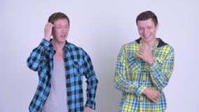 Man som ser ledsen med den unga mannen som ser lycklig stock video