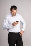 Man som ser mobiltelefonen Royaltyfria Foton