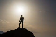 Man som ser och firar soluppgång och landskap royaltyfria foton