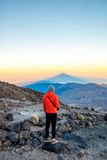 Man som ser på det vulkaniska landskapet Royaltyfri Bild
