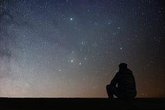 Man som ser stjärnorna royaltyfria bilder