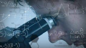 Man som ser till och med ett mikroskop lager videofilmer