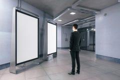 Man som ser tomma whiteboards Arkivbilder