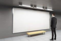 Man som ser whiteboard Arkivfoton