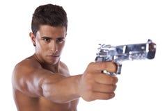 Man som siktar en handeldvapen arkivfoto