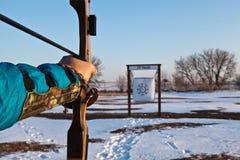 Man som siktar hans pilbåge på målet Traditionellt bågskytte utomhus fotografering för bildbyråer