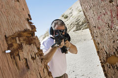 Man som siktar maskingeväret på skjutavstånd arkivfoton