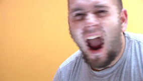 Man som skakar hans huvud och går tokig stock video