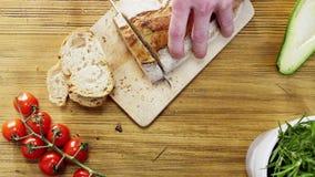 Man som skivar Loaves av bröd Fotografering för Bildbyråer