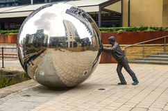 Man som skjuter en enorm boll Fotografering för Bildbyråer