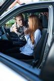 Man som skriker på den kvinnliga chauffören Fotografering för Bildbyråer