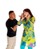 Man som skriker på hans frustrerade fru Arkivfoton