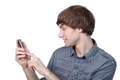 Man som skrivar på hans telefon Royaltyfria Bilder