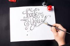Man som skriver en tacka dig för att notera arkivfoton