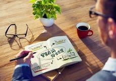 Man som skriver Team Work Concepts på hans anmärkning Royaltyfri Foto