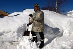Man som skyfflar snö royaltyfri foto