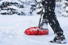 man som skyfflar snow arkivbilder