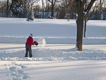 man som skyfflar snow Arkivfoton