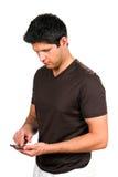 Man som smsar på smartphonen Arkivfoton