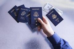 Man som sorterar och kontrollerar USA-pass Arkivfoto