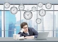Man som sover på hans arbetsplats Arkivbild