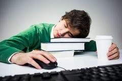 Man som sover på skrivbordet Royaltyfria Foton