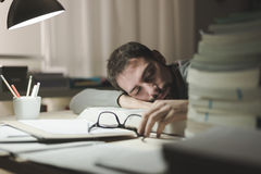 Man som sover på hans skrivbord Royaltyfria Foton