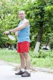 Man som spelar badminton Arkivfoto