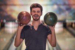 Man som spelar bowling Fotografering för Bildbyråer
