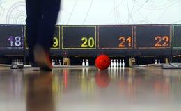 Man som spelar bowling Arkivbilder