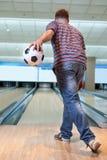 Man som spelar bowling Royaltyfri Foto