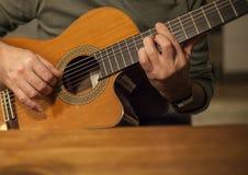 Man som spelar den akustiska gitarren Arkivbilder