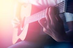 Man som spelar den akustiska gitarren i konsert Royaltyfri Bild