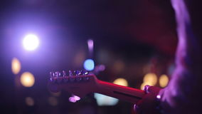 Man som spelar den elektriska gitarren på en etapp lager videofilmer