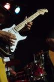 Man som spelar den elektriska gitarren på konsert Arkivfoton
