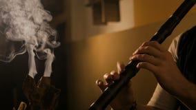 Man som spelar den japanska bambuflöjten - shakuhachi lager videofilmer