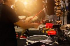 Man som spelar den musikaliska ett slagverksinstrument på gatan Arkivfoton