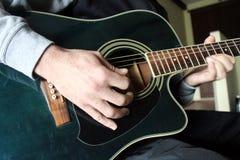 Man som spelar den spanska gitarren Fotografering för Bildbyråer