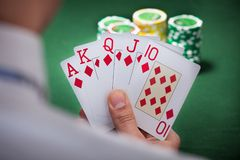 Man som spelar den vinnande handen av poker Royaltyfri Foto