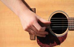 Man som spelar en akustisk gitarr Arkivbilder