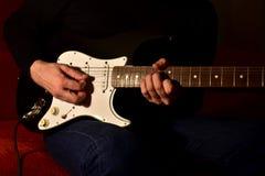 Man som spelar en elektrisk gitarr Closeup ingen framsida royaltyfria foton