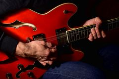 Man som spelar en elektrisk gitarr Closeup ingen framsida royaltyfria bilder